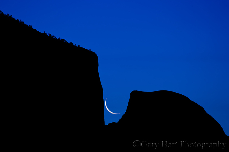Crescent moon splits El Capitan and Half Dome