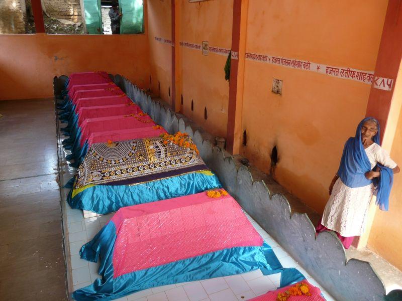 insolite; une gardienne de tombes dans un temple