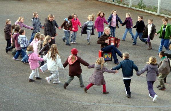 """Séance """"folk"""" dans une école rurale"""