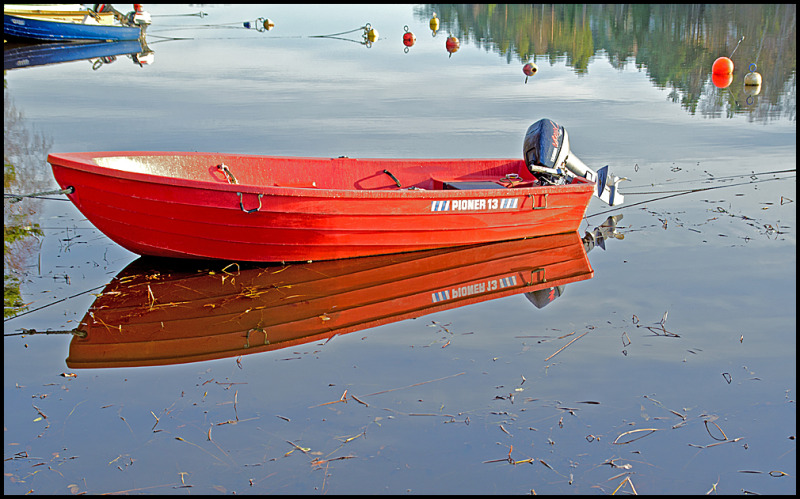 A red boat on vannsjø