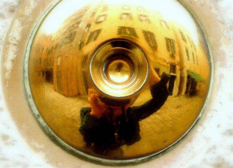 Autoportrait sur sonnette de porte italienne.