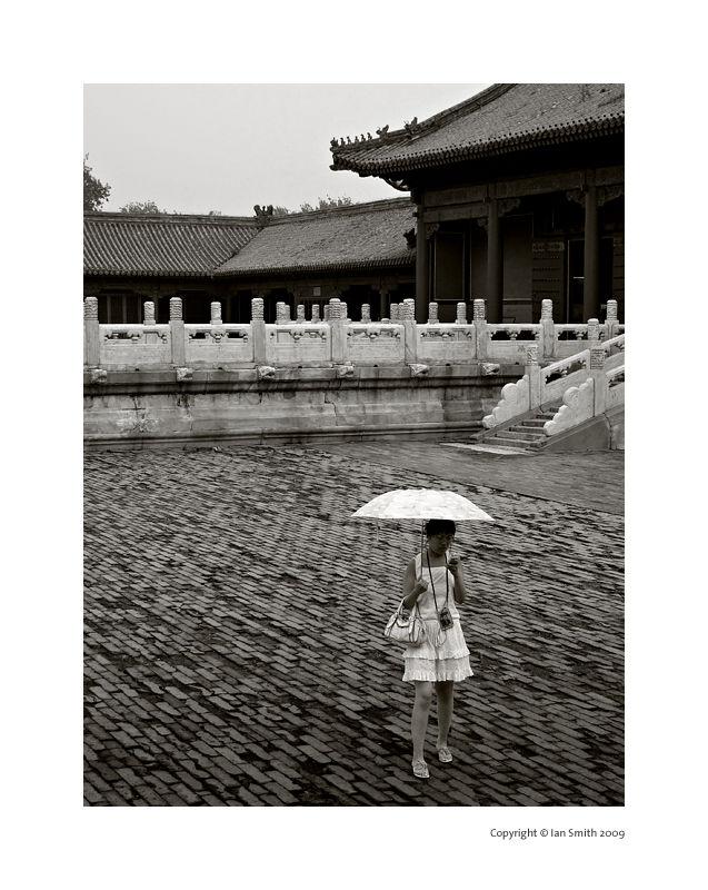 girl with ubrella in the forbidden city