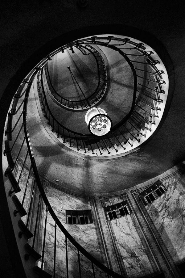 L'escalier de la galerie Vivienne, le soir