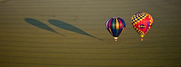 deux montgolfières en vol