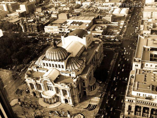 Palacio de Bellas Artes en tonos sepia