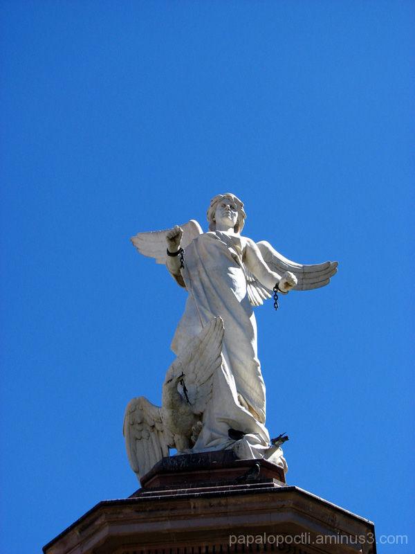 Angel de madera, tocando instrumento