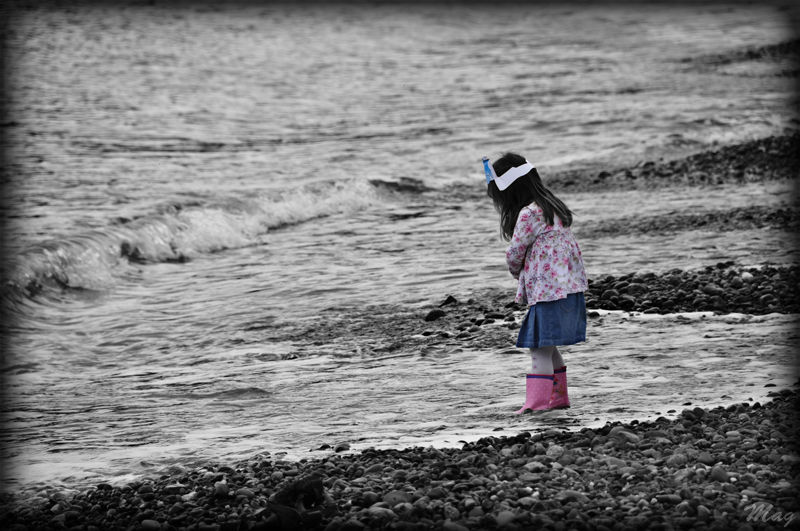 The little girl and the sea