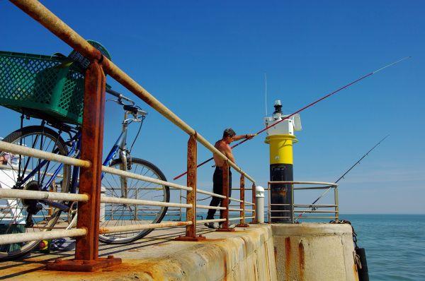 Le pêcheur au bout de la jetée