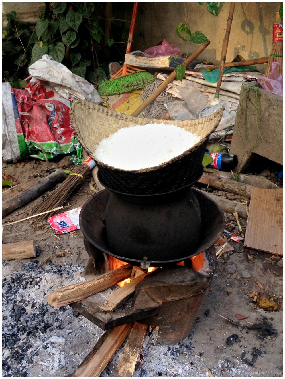 Steaming sticky rice