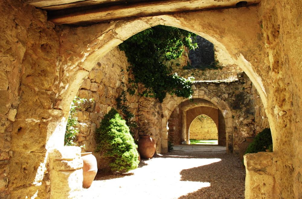Arches n the entrance of Pedrazas castle