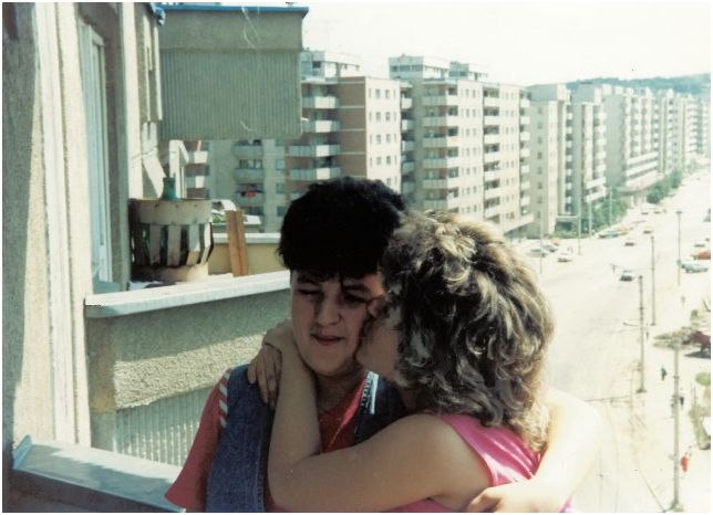 1991 07 02, Sanda & Anca on the balcony, Manastur