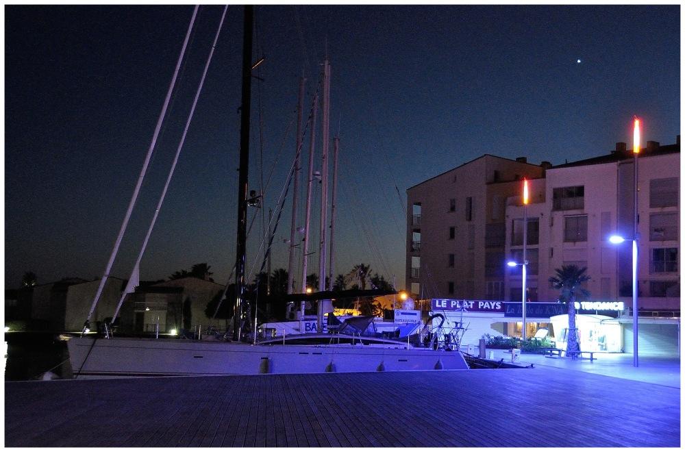 Bateau à quai de nuit lumière naturelle