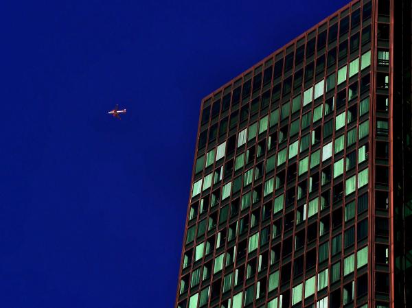 Avion sur la Défense Paris