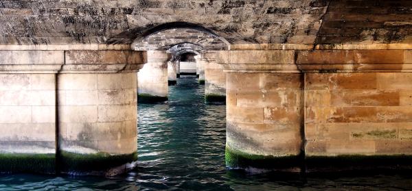Sous un pont à Paris
