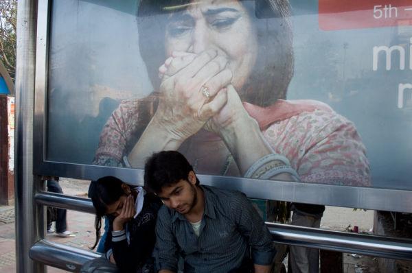 couple à l'arrêt de bus