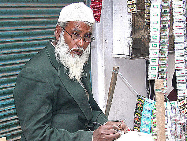 vieux vendeur rue old Delhi