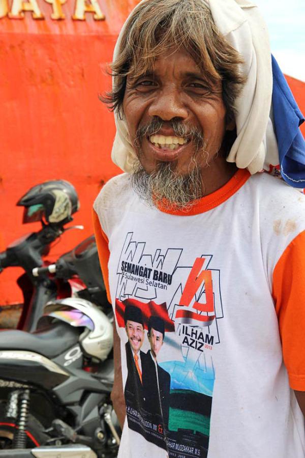 coolie cool / sourire de l homme en rouge