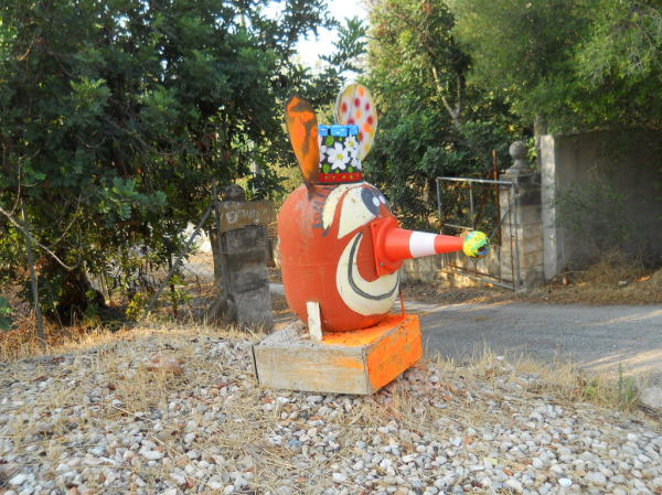 A thingy by the roadside (possibly art).