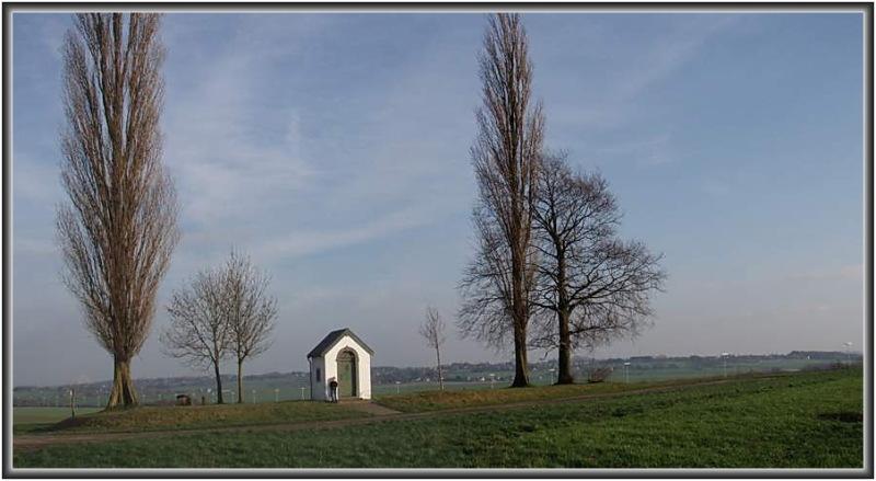 La chapelle au milieu des champs.