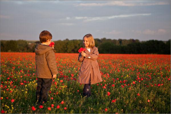 Enfants dans un champs de coquelicots