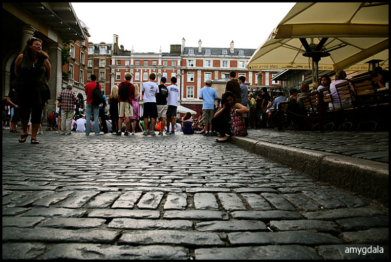 street show, london, audience, cobblestone path
