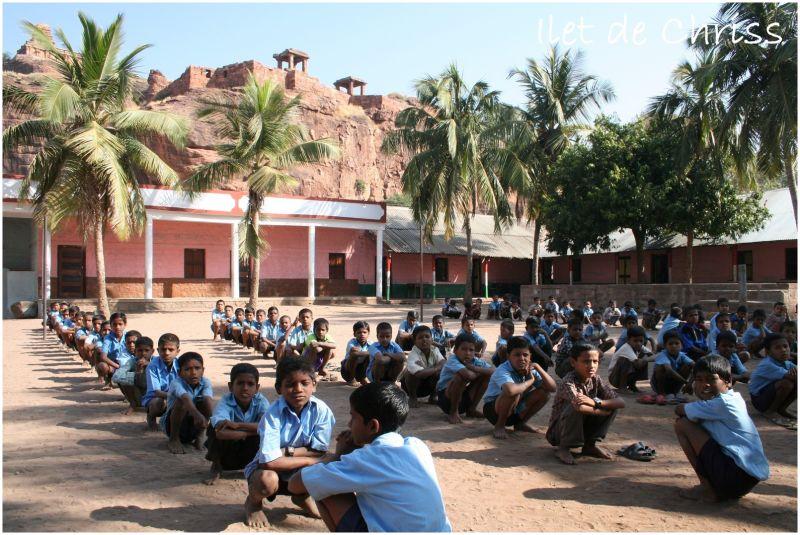 Elèves dans la cour de l'école
