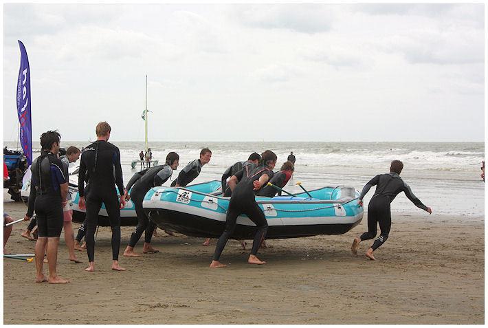 Oefening met de reddingsboot op het strand.