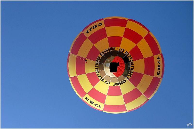 La montgolfière 1783 en plein ciel