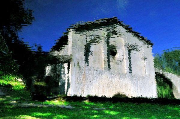 Une façade de chapelle dans un reflet