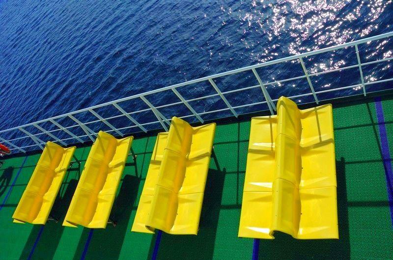 Sur lr pont d'un ferry des sièges jaunes