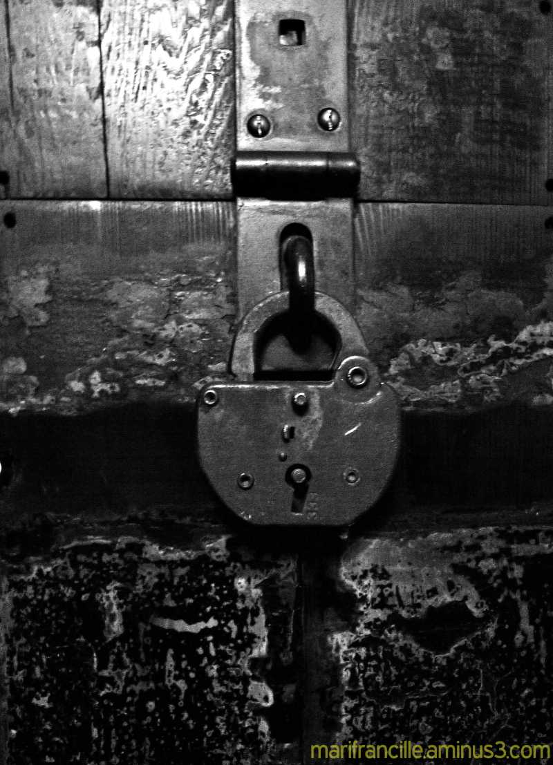 lock, black and white