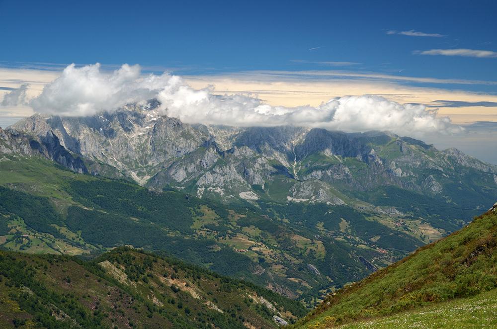 Roca y nubes. Rock and clouds.