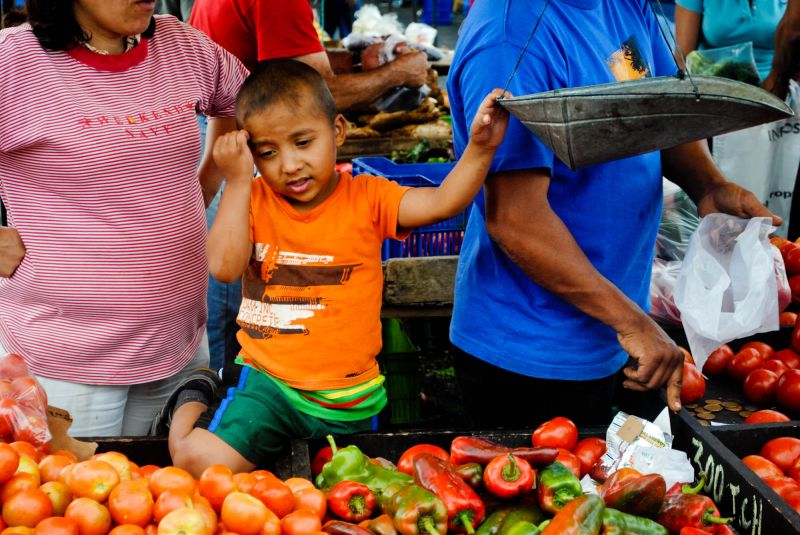 Kid scale fruit vegetables feria Costa Rica