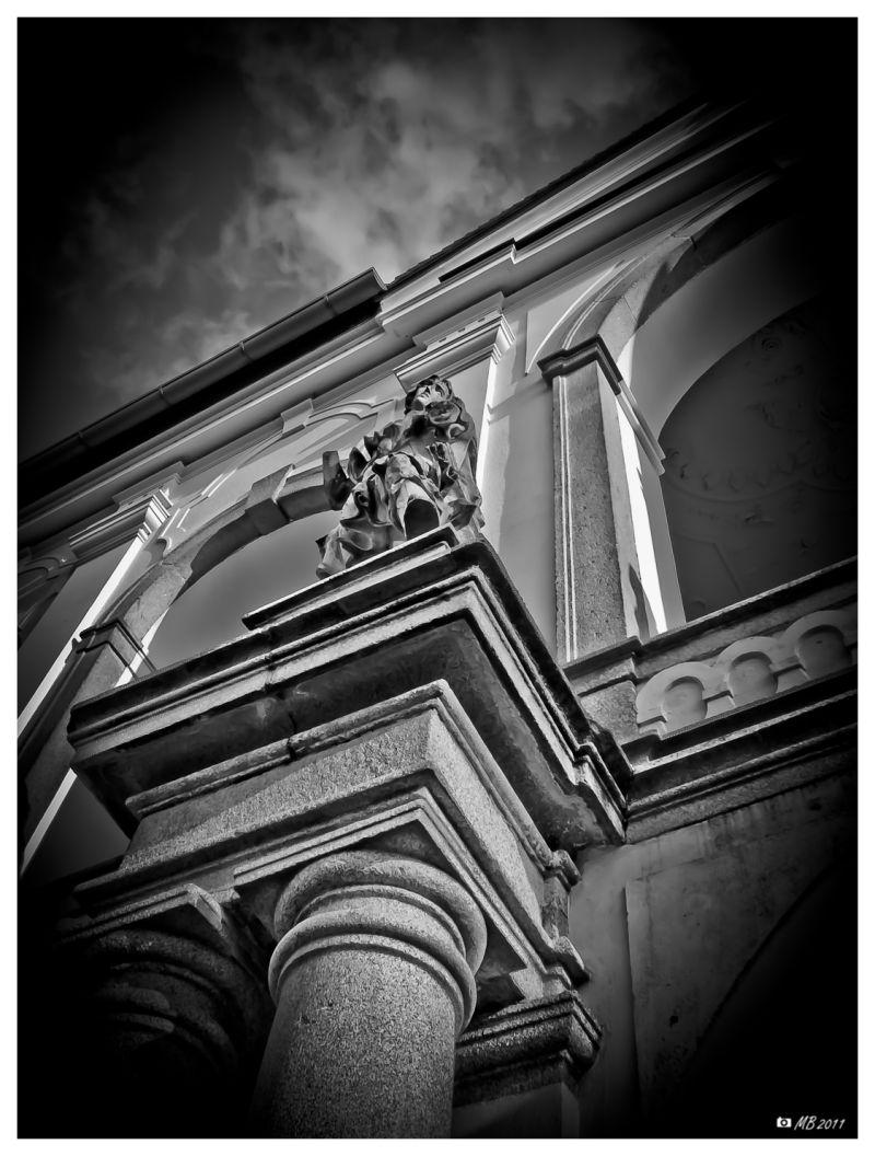 Steinfigur auf Fassade eines Museums