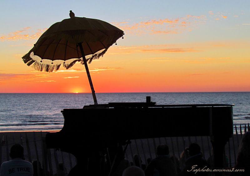 Concert  de piano sur la plage