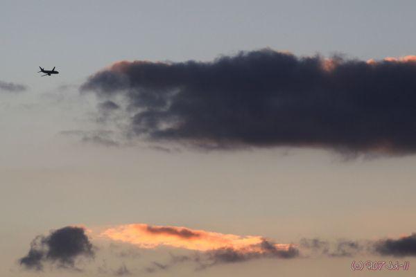 Avion en vol au coucher de soleil