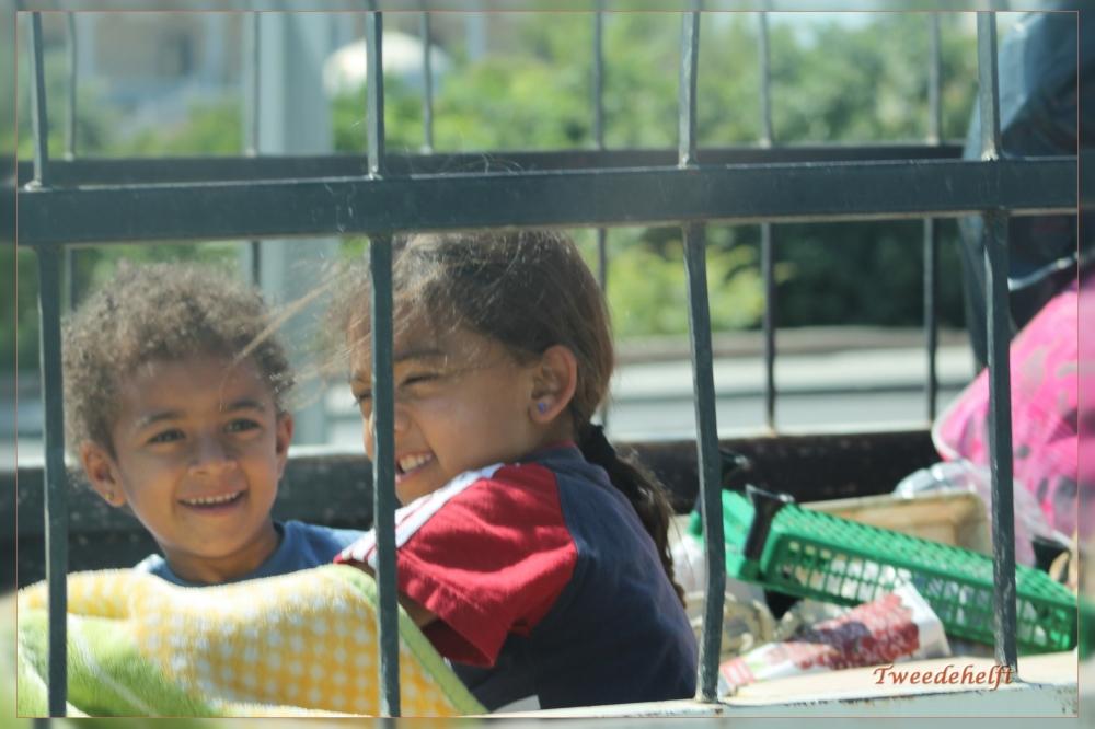kinderen in pickup bus terwijl we passeren