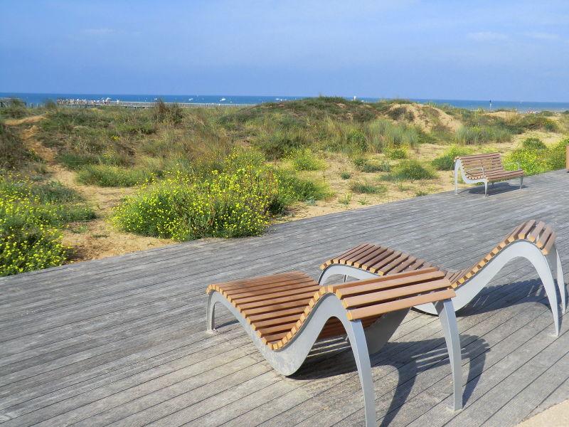 Transat en bois à l'esplanade de la mer