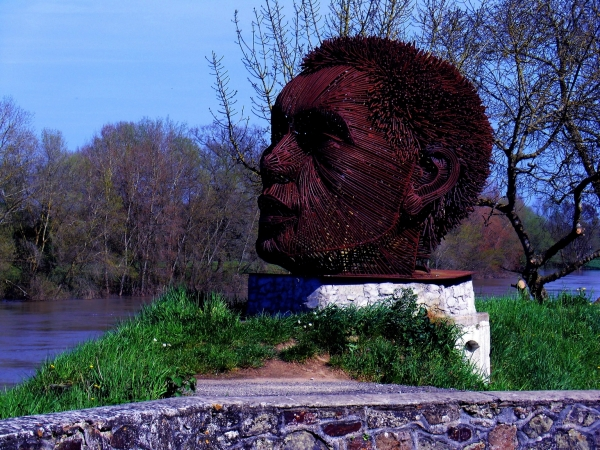Au teint chaud se baigne à la verte Loire...