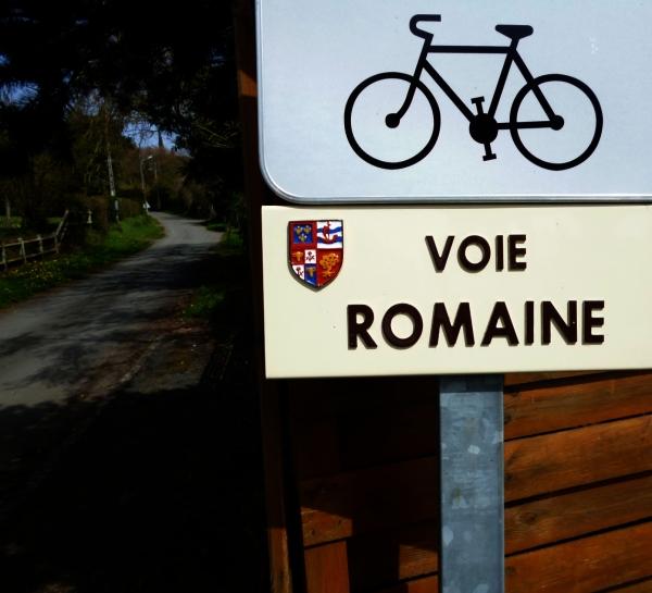 Enfourchant le vélo pour enjamber la voie romaine