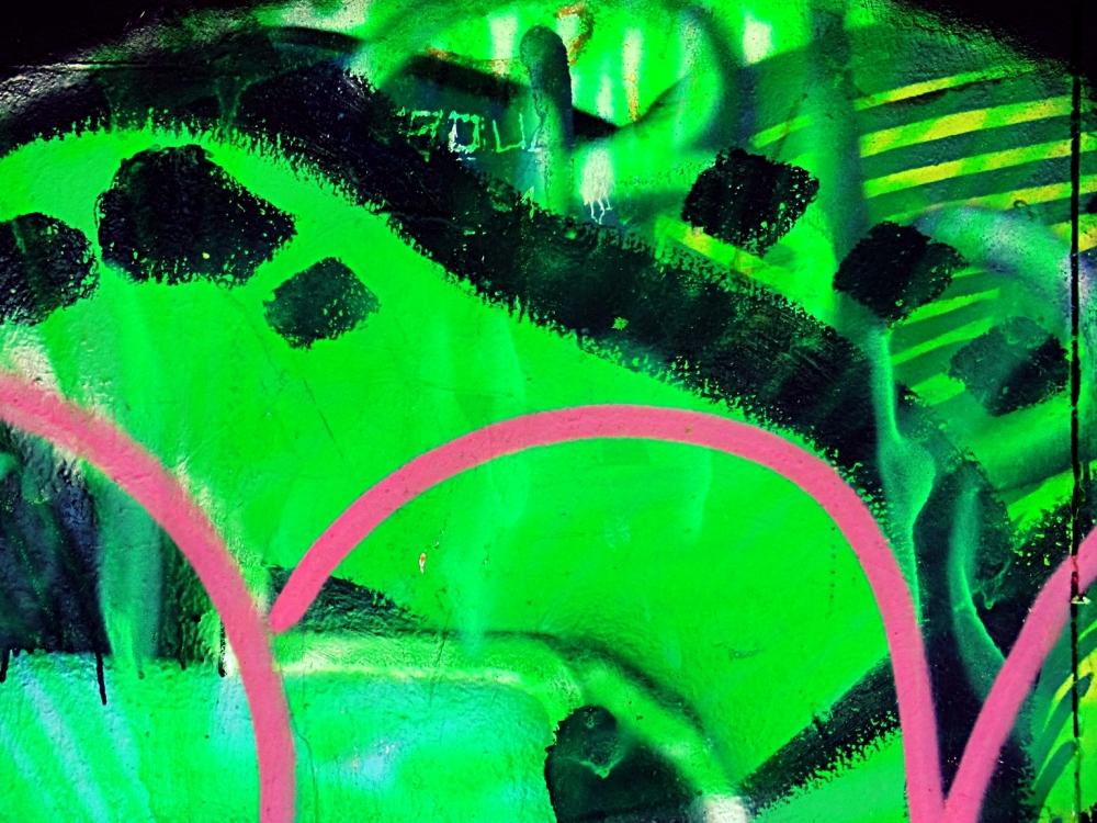 Un chemin vert dans une épaisse lumière verte