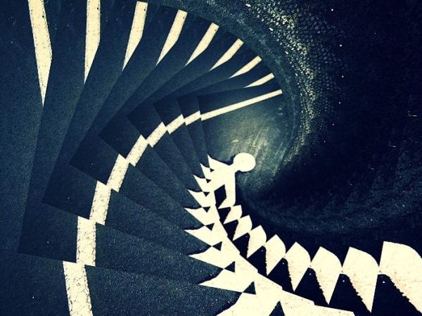 Marchant par-delà aux creux d'une lumière...