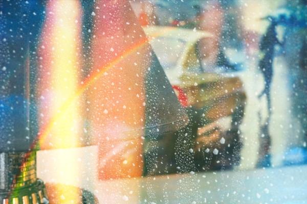 Arc-en-ciel de lumière sous une pluie de la toile
