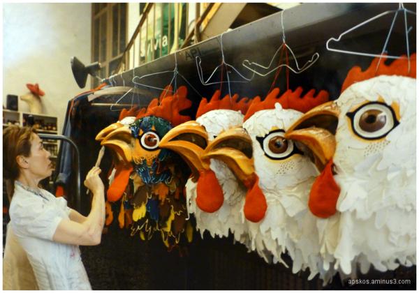 Atelier de décoration sur costumes.
