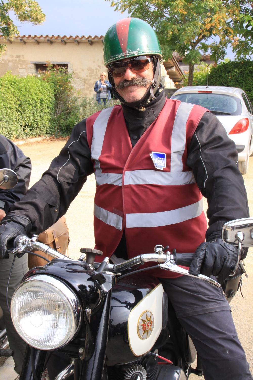 Vieille moto, casque et moustache