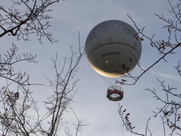 Balloon flight in Paris... like a drop in the tree