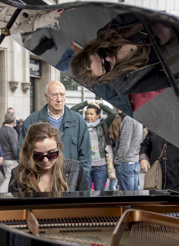 barcelona street people piano music