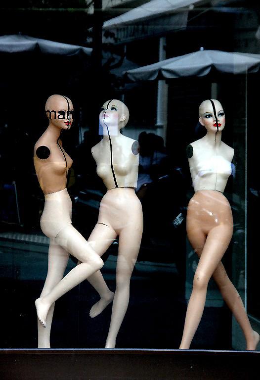 mannequin vitrine paris reflet