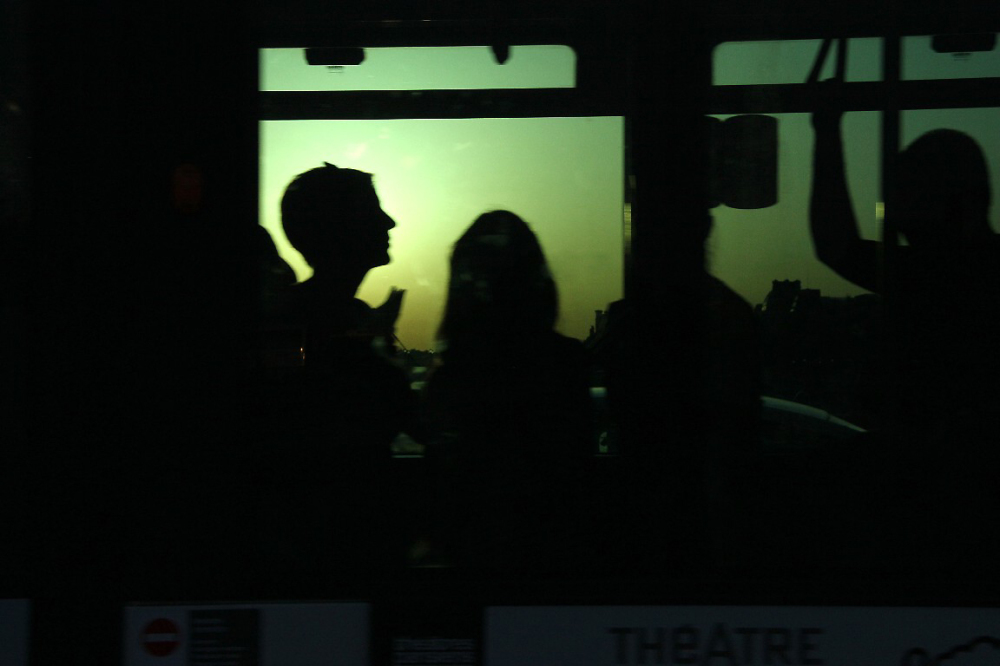 paris silhouette bus reflet