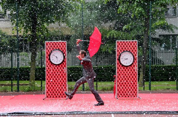 spectacle rue festival paris paprapluie horloge